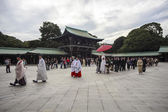 Visitor dresses up a traditional dree at Meiji-jingu shrine — Stok fotoğraf