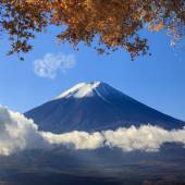 Image of sacred mountain of Fuji in the background at Japan — Stock Photo