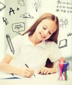 девушка немного студент, рисование в школе — Стоковое фото
