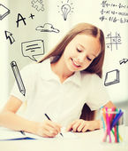 Chica estudiante pequeño dibujo en la escuela — Foto de Stock