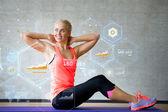 Mujer sonriente haciendo ejercicios en colchoneta de gimnasia — Foto de Stock