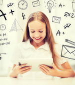 Ragazza con tablet pc a scuola — Foto Stock