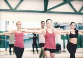 Group of smiling people exercising in the gym — Foto Stock