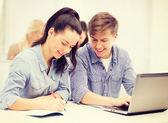 Studenten met laptop en -laptops op school — Stockfoto