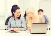 Studenten met laptop, tablet pc en -laptops — Stockfoto