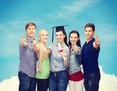 Başparmak kadar gösteren diploma ile öğrenci grubu — Stok fotoğraf