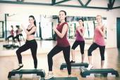 Group of smiling people doing aerobics — Stockfoto