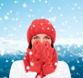 冬の服の若い女性の笑みを浮かべてください。 — ストック写真