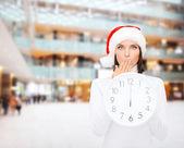 12 を示す時計付きサンタ クロース ヘルパー帽子の女 — ストック写真