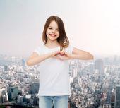 Smiling little girl in white blank t-shirt — ストック写真