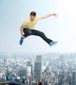Leende ung man hoppar i luften — Stockfoto