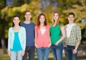 立っている笑顔の学生のグループ — ストック写真