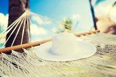 картина гамак с белой шляпе — Стоковое фото