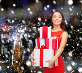 Smiling woman in santa helper hat with gift box — Stock Photo