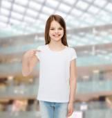 улыбается маленькая девочка в белой футболке пустой — Стоковое фото