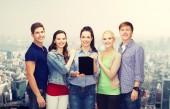 Studenten zeigen leere tablet-pc-bildschirm — Stockfoto