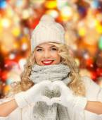 Smiling young woman in winter clothes — Stock Photo
