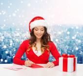 Lachende vrouw met luxe-geschenketui schrijven brief — Stockfoto