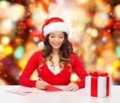 Souriant avec boîte-cadeau, lettre — Photo