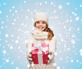 Girl in hat, muffler and gloves with gift box — Stock Photo