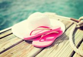 Close up of hat and slippers at seaside — Stockfoto