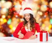 Mektup yazma hediye kutusu ile gülümseyen kadın — Stok fotoğraf