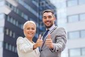 Uśmiechający się przedsiębiorców Wyświetlono kciuk w — Zdjęcie stockowe