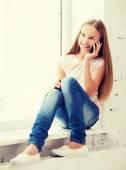 Mädchen mit smartphone in der schule — Stockfoto