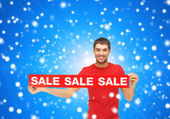 Man in red t-shirt with sale sign — Stock Photo
