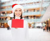 Mujer con sombrero de ayudante de santa con tarjeta roja en blanco — Foto de Stock