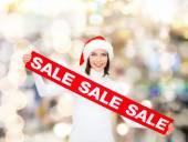 売却の記号付きサンタ クロース ヘルパー帽子に笑みを浮かべて女性 — ストック写真