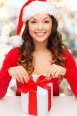 ギフト ボックス付きサンタ クロース ヘルパー帽子に笑みを浮かべて女性 — ストック写真