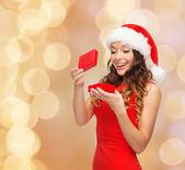 Mujer sonriente vestido rojo con caja de regalo — Foto de Stock