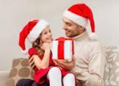 Usměvavý otec dává dcera dárková krabice — Stock fotografie