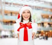 Leende kvinna i santa helper mössa med presentask — Stockfoto