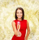 Smiling woman holding glass of sparkling wine — Stock fotografie