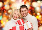 男性と女性の笑顔を提示します。 — ストック写真