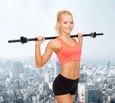 Lächelnd sportliches training mit langhantel — Stockfoto
