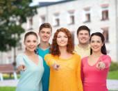 キャンパスの背景に笑みを浮かべてティーンエイ ジャーのグループ — ストック写真