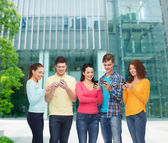Group of smiling teenagers with smartphones — 图库照片