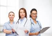 Calmer la femme médecin avec le presse-papier — Photo
