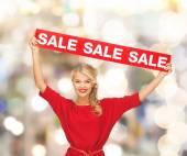Femme en robe rouge avec signe de vente — Photo
