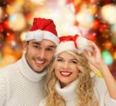 セーターとサンタ ヘルパー帽子笑顔カップル — ストック写真