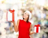 ギフト用の箱の赤いドレスを着た女性の笑みを浮かべてください。 — ストック写真