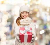 ギフト用の箱との冬の服の少女の夢 — ストック写真