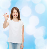 Usměvavá holčička v prázdné bílé tričko — Stock fotografie