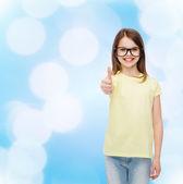 黒い眼鏡笑顔かわいい女の子 — ストック写真