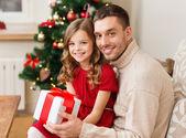 父と娘のギフト ボックスを保持笑みを浮かべてください。 — ストック写真