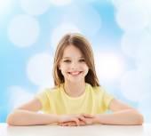 テーブルに座って美しい少女 — ストック写真