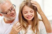 Großvater mit weinen enkelin zu hause — Stockfoto